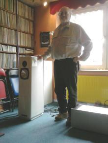 Rolf Gemein vor Vinylsammlung und Lautsprecher RG 5