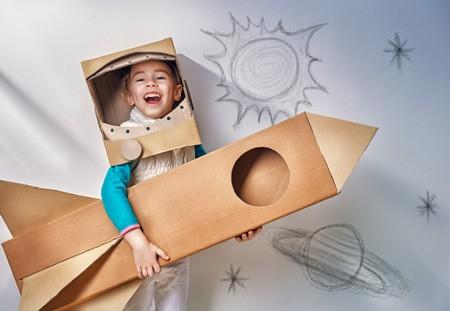 Kind mit Papprakete