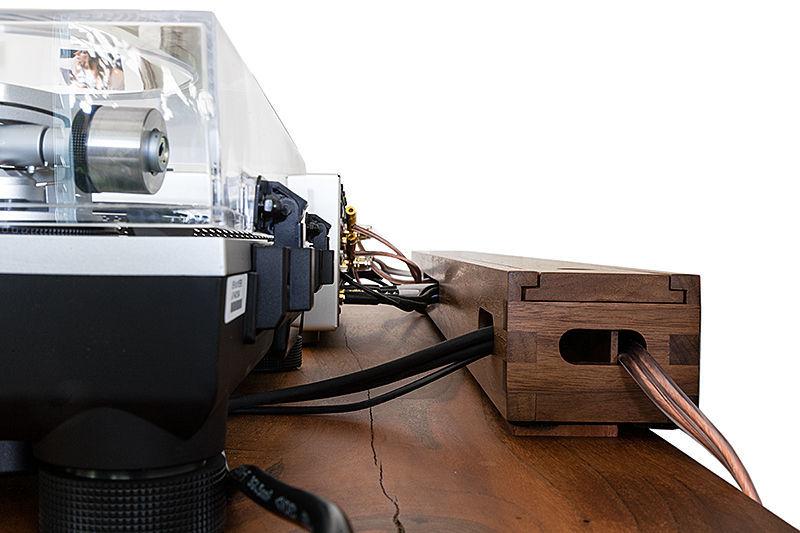 Metallfreier Kabelseparator aus Holz - HiFi News
