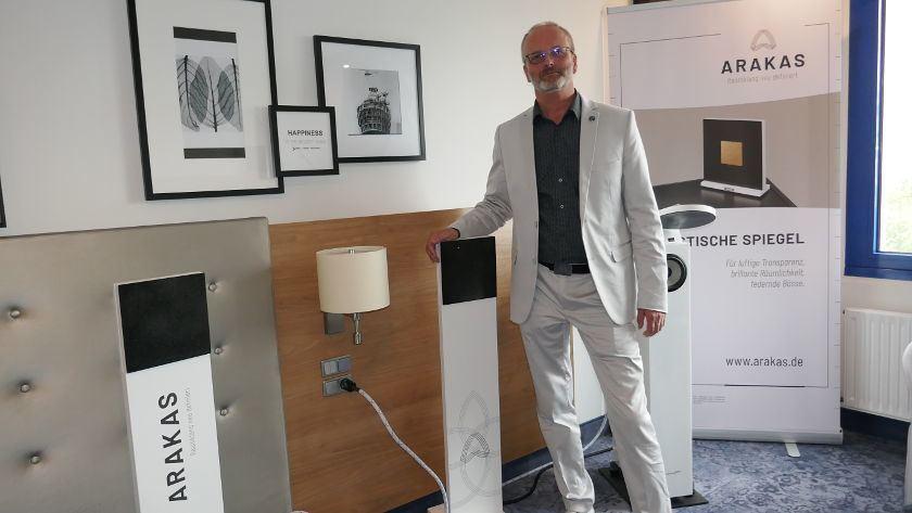 Andre Grunewald von ARAKAS mit akustischen Spiegeln.