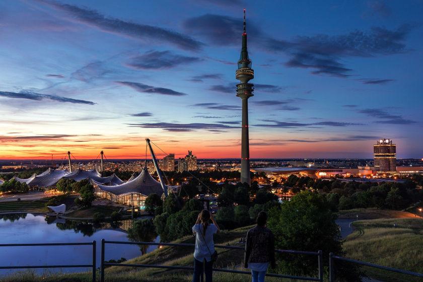 München Olympiastadion in Abenddämmerung