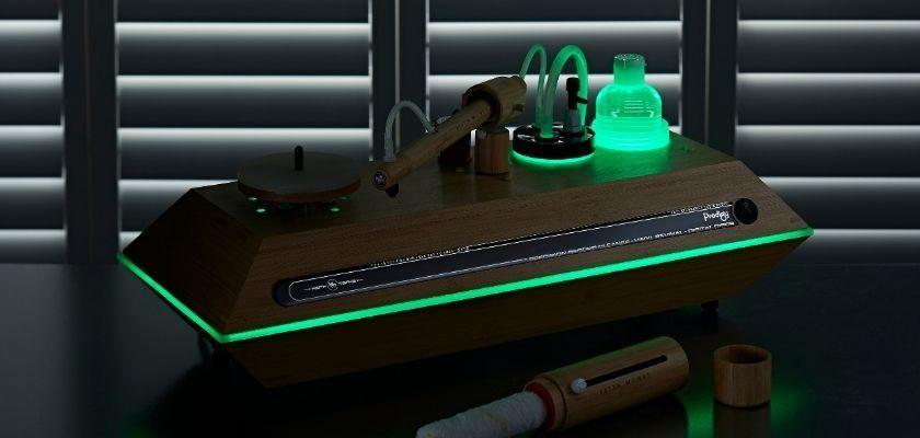 Keith Monk Plattenwaschmaschine mit grüner Beleuchtung