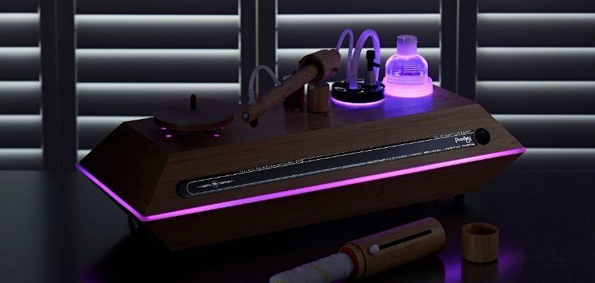Keith Monk Plattenwaschmaschine mit pinker Beleuchtung