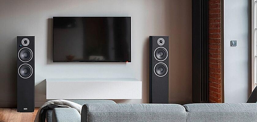Die Magnat Monitor Reference 5A Lautsprecher neben einem Fernseher